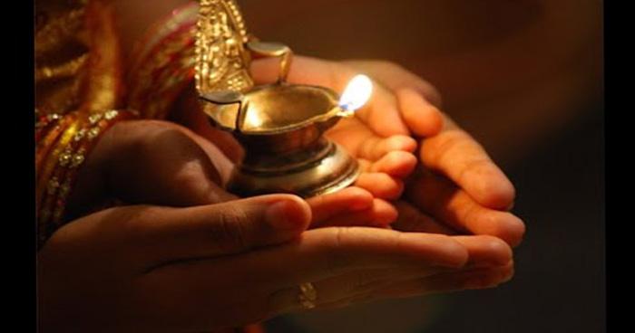 शत्रुओं पर पाना चाहते हैं विजय तो मंदिर में आरती लेते समय बोले सिर्फ़ ये एक मंत्र, फिर देखें कमाल